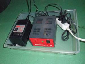 ドゥカに乗っていた頃に買った赤いトリクル充電器。左はアルプス電気。中身は同じだったりする。