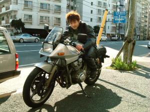 クシタニ江東店の前で。おろしたて記念に撮ってもらった写真。